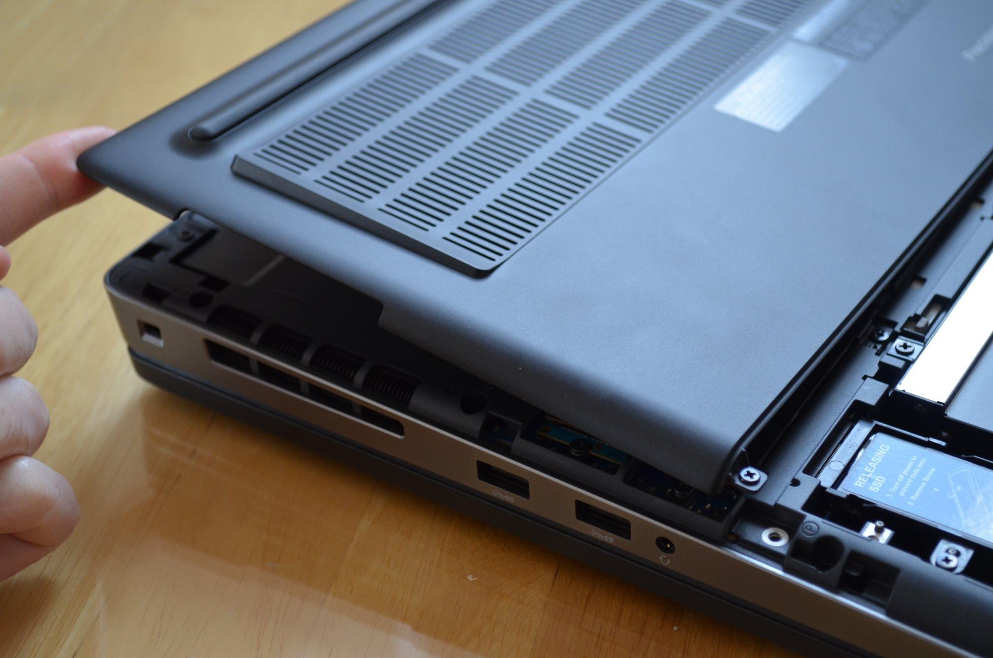Ve spodní straně je dostatek otvorů pro ventilaci vzduchu, Dell Precision 7730 R11CM.