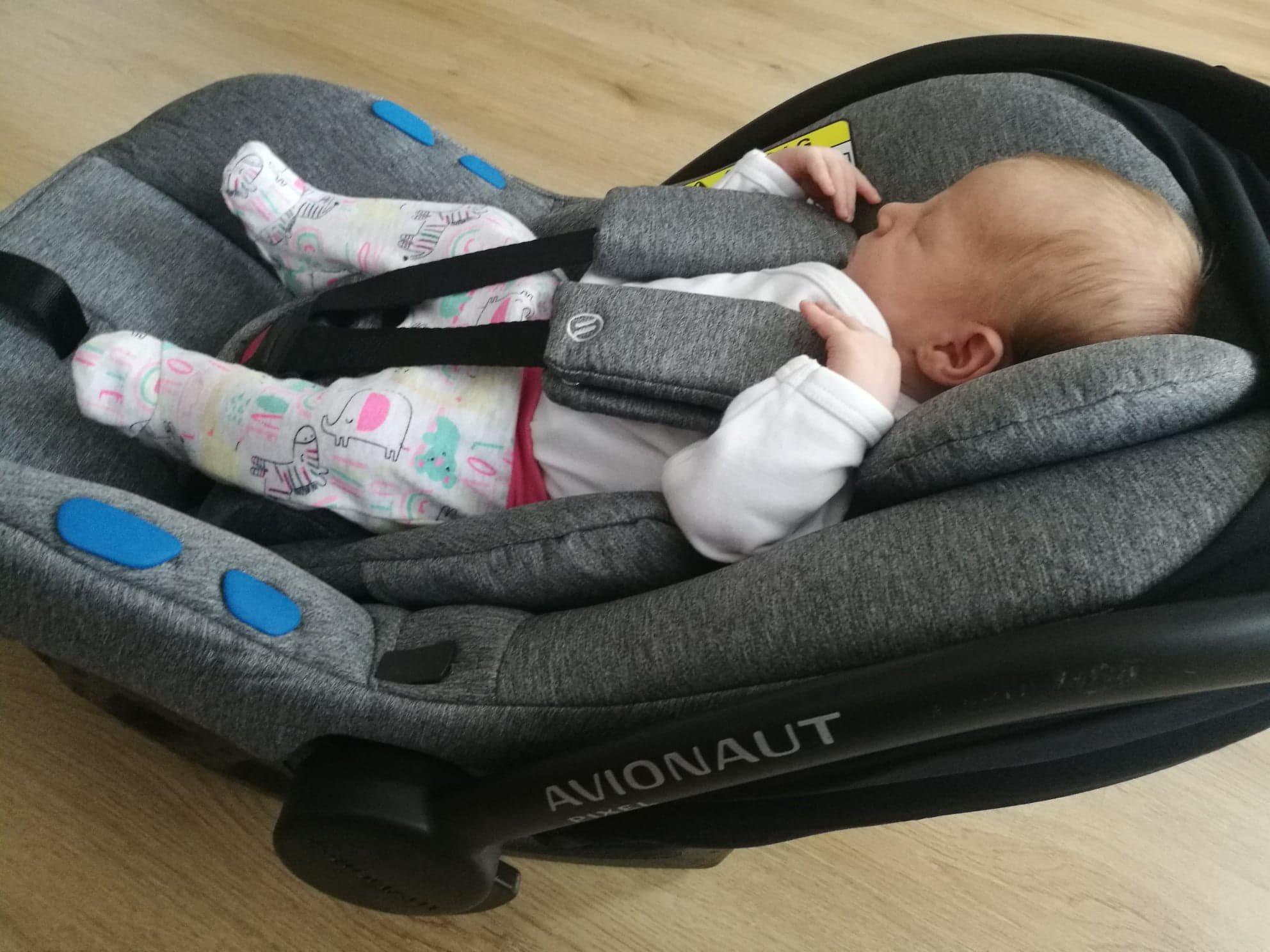 Spokojené miminko v autosedačce Avionat Pixel.